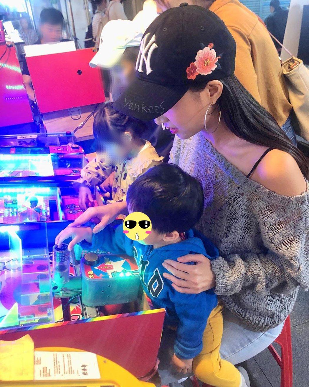 林采緹與兒子在士林夜市玩遊戲。圖/擷自IG