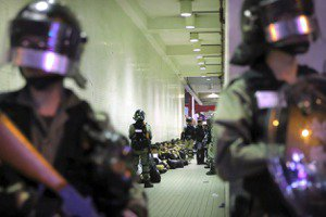 只有眼前路,沒有身後身:武力擴及市民,港人選擇妥協或頑抗?