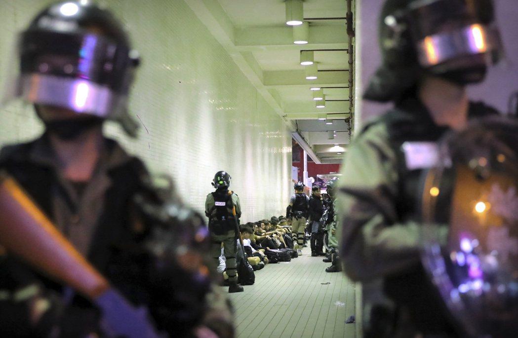 警察逮捕數名抗爭者,攝於11月2日。 圖/美聯社