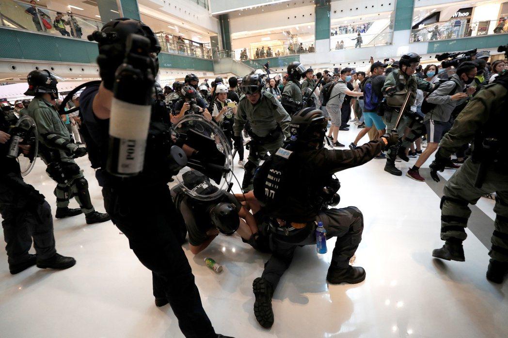 11月3日,大批警察衝進沙田新城市廣場追捕反送中抗爭者。 圖/路透社
