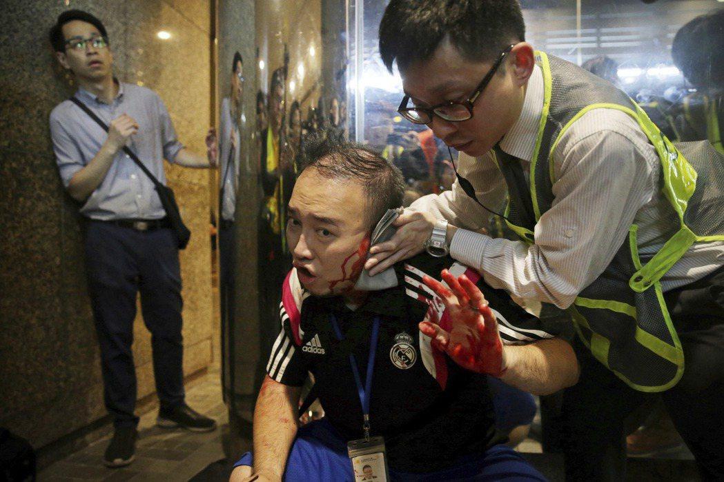 11月3日,一名灰衣男子持刀砍傷數人,甚至咬斷民主派區議員趙家賢的耳朵。 圖/美聯社