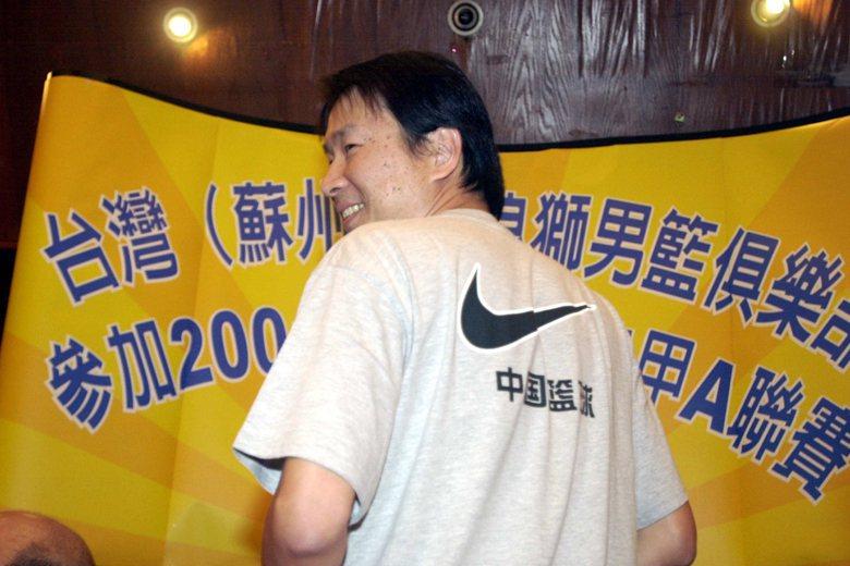 2001年,新浪獅男籃隊總領隊姜豐年在加盟記者會中秀出隊衣背面「中國籃球」字樣。 圖/聯合報系資料照