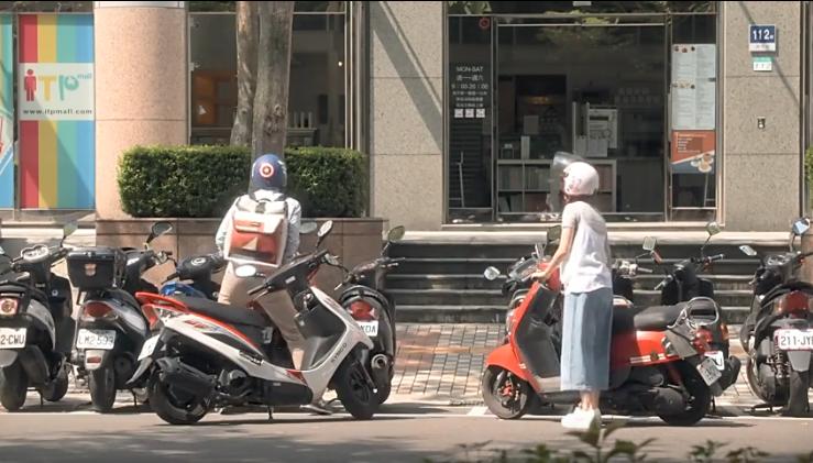 台灣男生幫女生移機車喬車位。 圖片來源/公視《滾石愛情故事-愛情》影片截圖