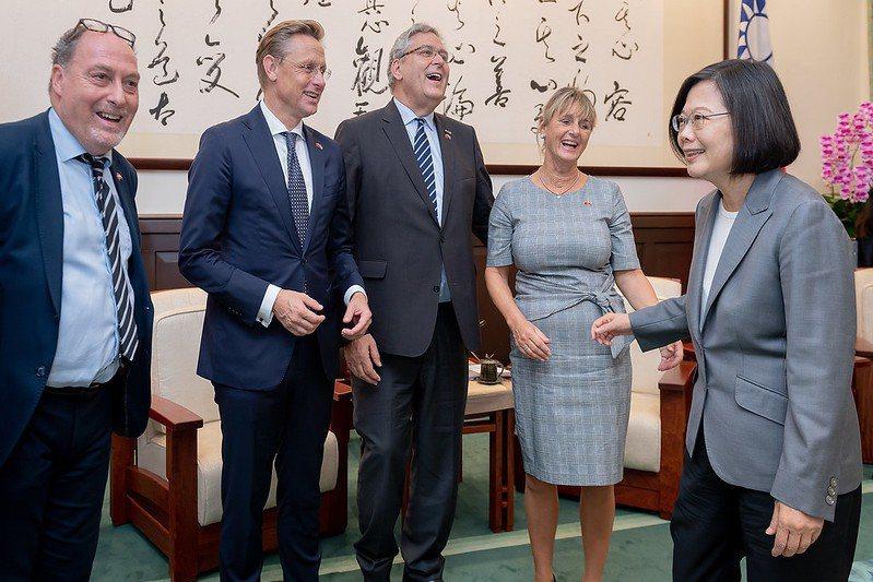 10月24日,總統蔡英文接見荷蘭國會暨智庫代表團。 圖/取自總統府