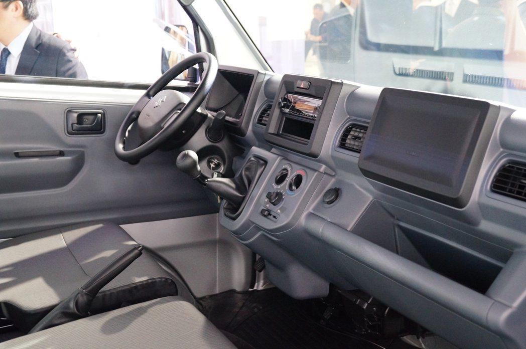 內裝依舊維持商用車簡潔實用的特性。 記者趙駿宏/攝影