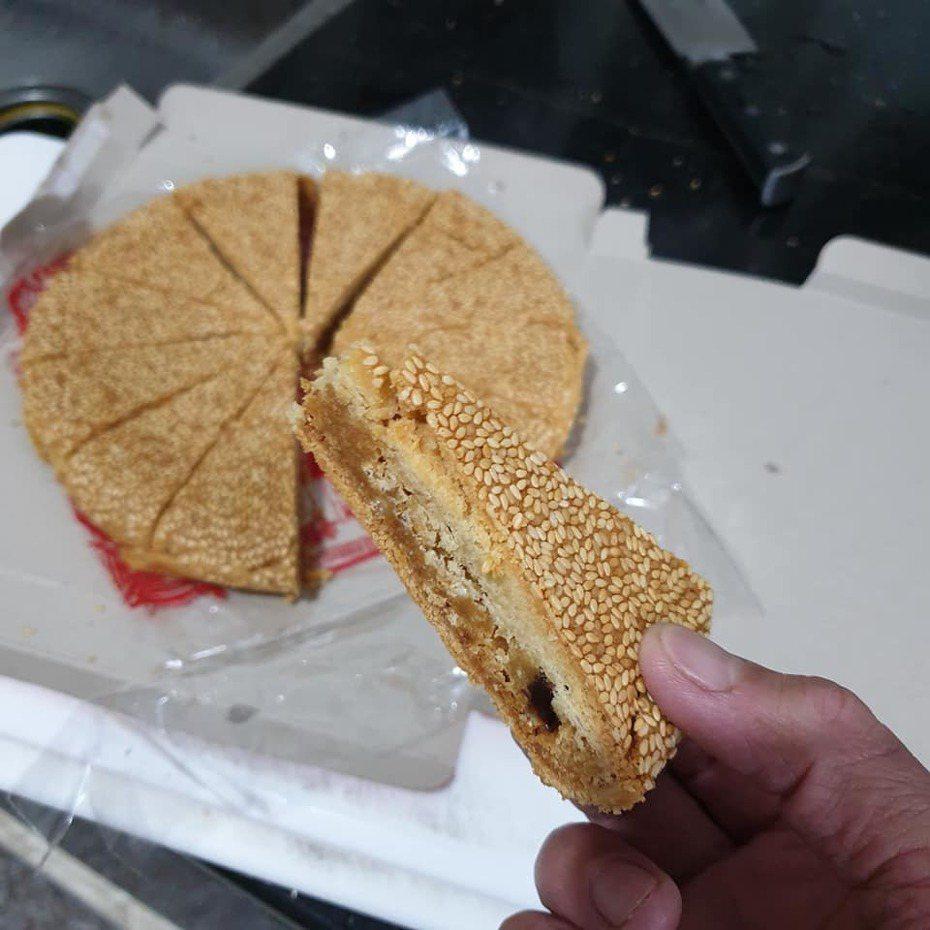 原PO分享自己最愛的傳統大餅「日頭餅」。 圖/翻攝自爆廢公社