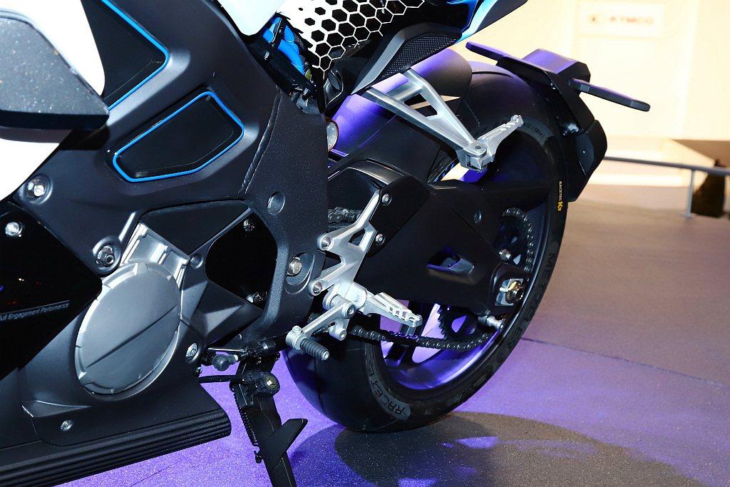 光陽RevoNEX配置先進的六檔變速箱,提供騎士享受重機駕馭的每個過程。 記者張...