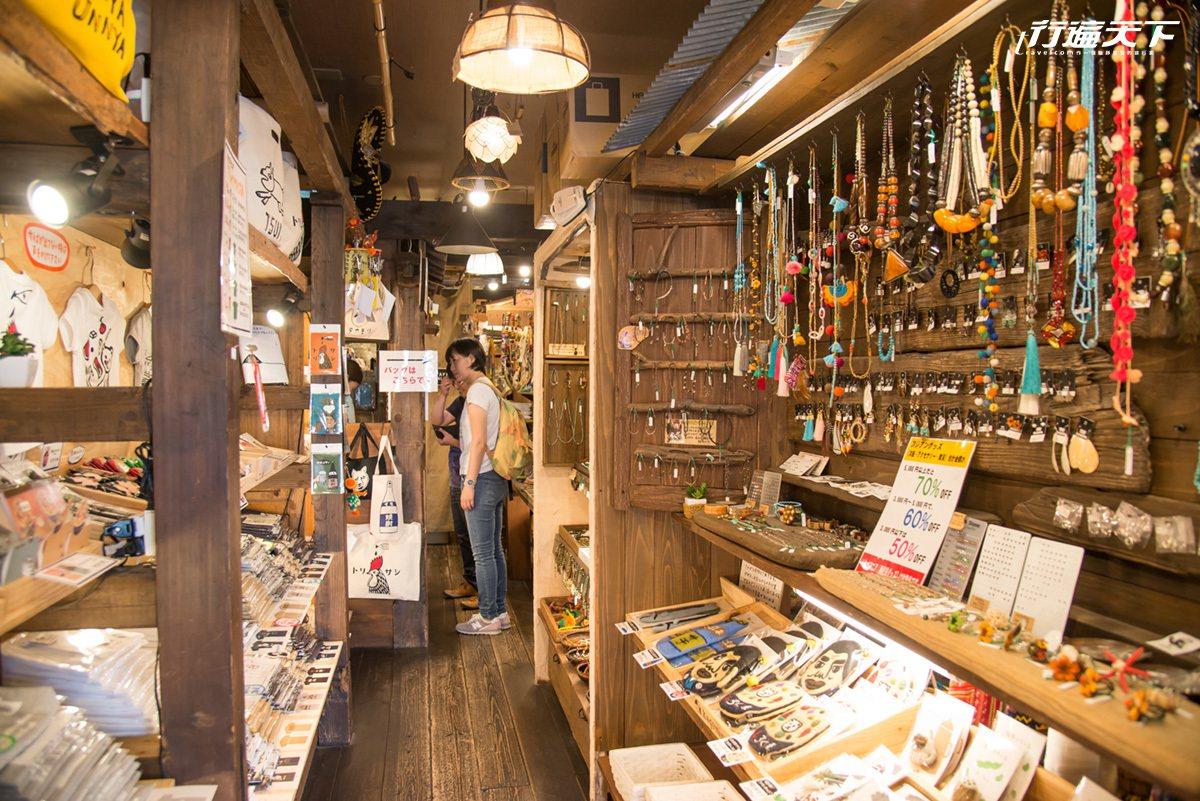 店裡除了創意文創商品外,同時也販售著民族風飾品。