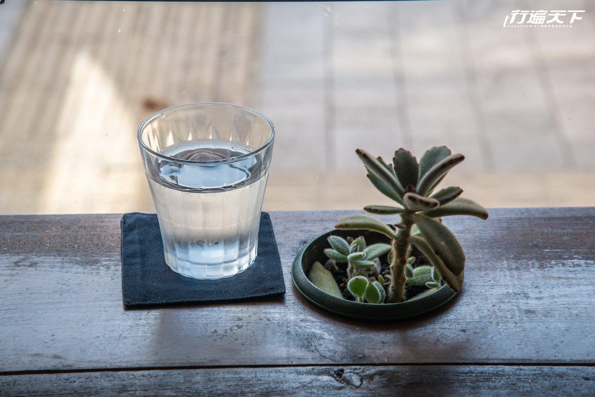 餐廳裡的小盆栽就這樣種在桌子裡頭,創意十足。