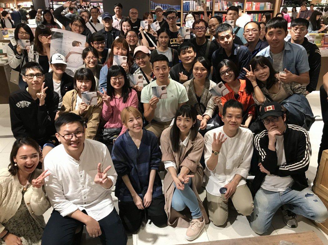 路嘉欣(前排左三)舉辦音樂分享會。圖/種子提供