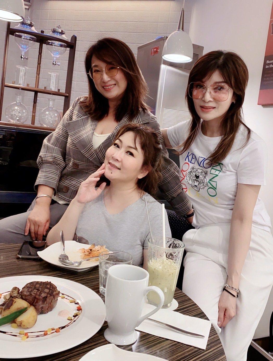 王瑞霞(左起)和好友張秀卿、蔡秋鳳相約聚餐。圖/米樂士娛樂提供