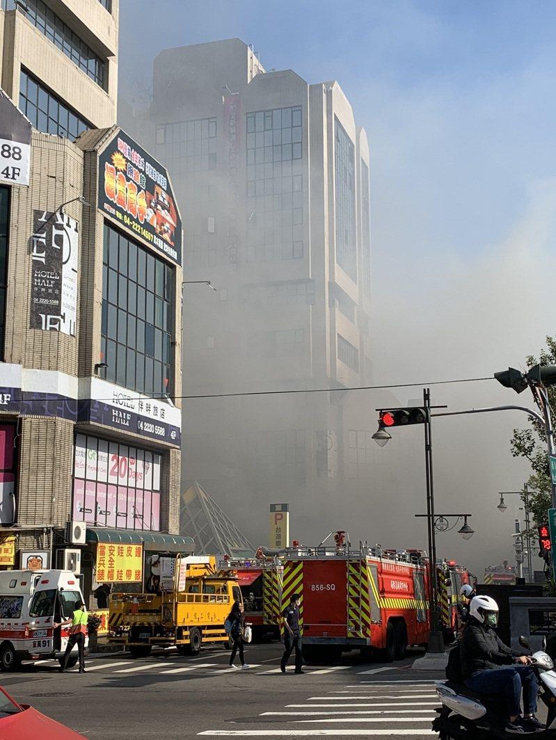 台中市西區著名的東協廣場今早傳出火警,雖無人傷亡,卻意外讓24年前的幽靈船傳說再度被提及。圖/讀者提供