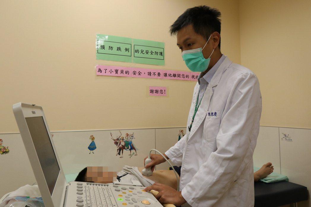 亞洲大學附屬醫院兒童腸胃科醫師陳德慶說,只要肝臟發炎時間長,就可能會走上慢性肝炎...