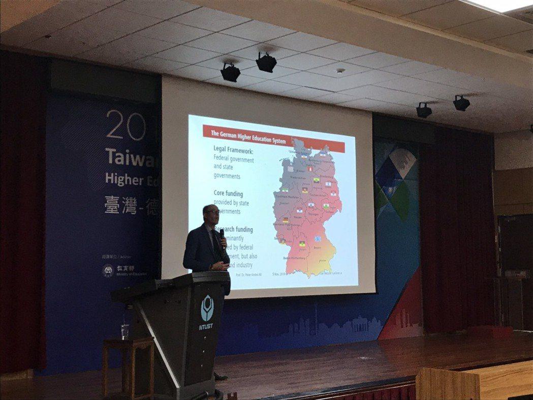 台德高教論壇在台科大舉行,德方代表分享德國高等教育現況。記者潘乃欣/攝影