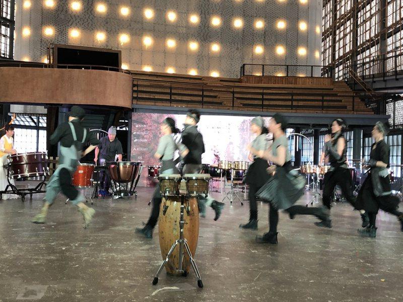 朱宗慶打擊樂團打造擊樂劇場「泥巴」,表現台灣人普遍為家打拚與對土地的情感。記者何定照/攝影