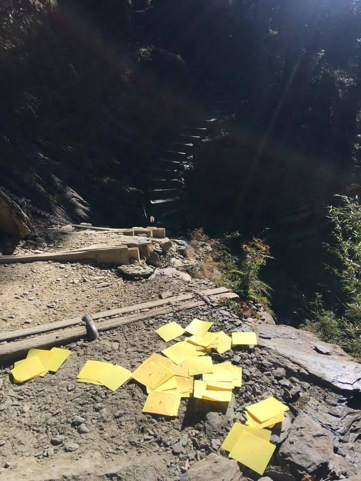 在玉山主峰步道亂撒冥紙行為,已違反國家公園法。圖/玉管處提供
