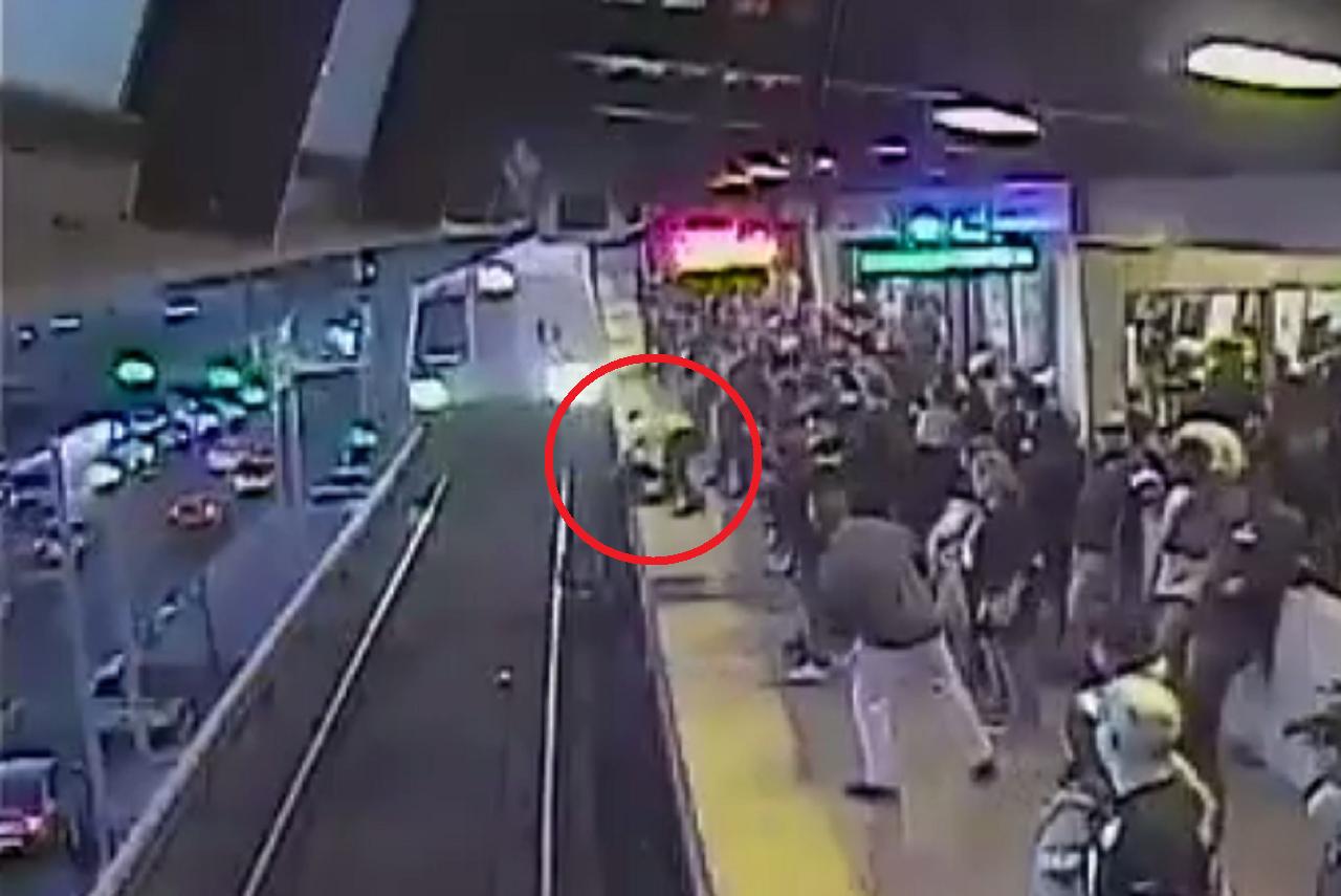美國加州舊金山3日,一名男子酒醉不小心跌落捷運月台,幸好當時一名在場員工目擊,在...