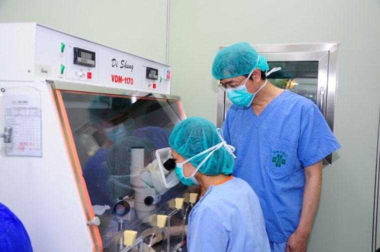 童綜合醫院不孕症暨生殖醫學中心主任汪文生與技術人員找尋健康卵子。圖/童綜合醫院提...