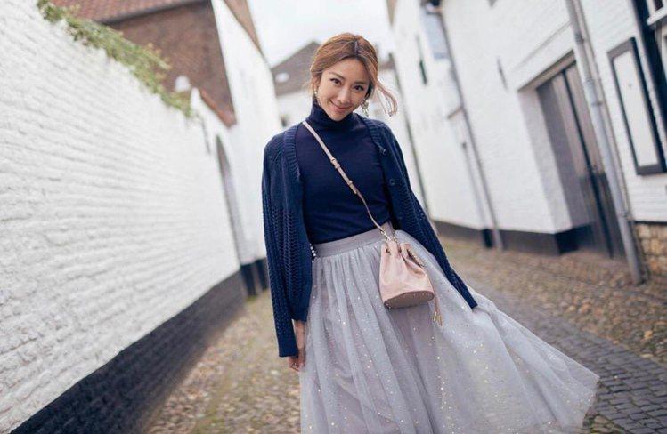 隋棠背TOD'S AOI mini絲緞材質裸粉色水桶包,32,400元。圖/摘自...