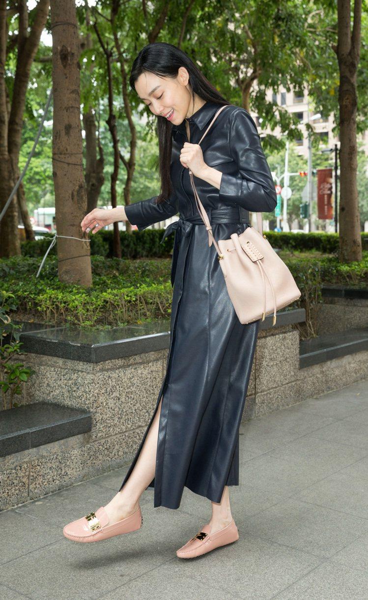 范瑋琪背TOD'S AOI牛皮裸粉色水桶包,另有黑色。圖/迪生提供