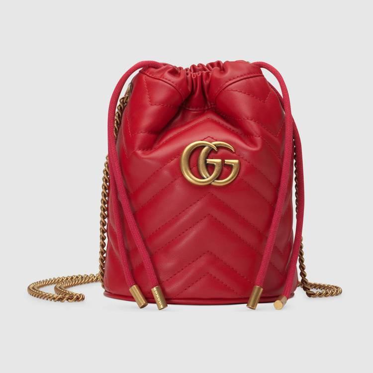 GG Marmont迷你抽繩水桶包(紅) ,32,000元。圖/GUCCI提供