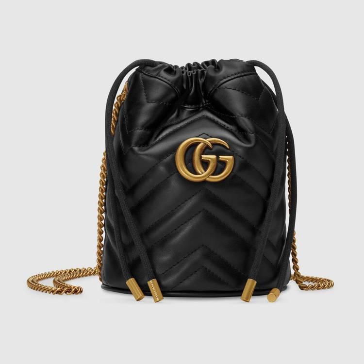 GG Marmont迷你抽繩水桶包(黑) ,32,000元。圖/GUCCI提供