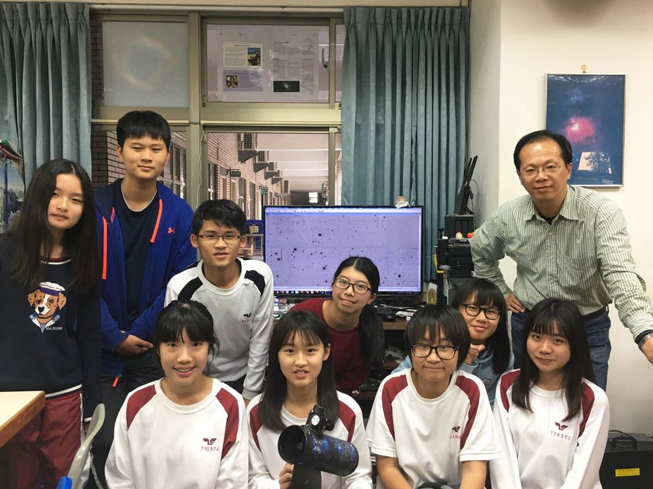 林士超老師(後排右一)帶領該校學生參加國際小行星搜尋活動。圖/中興大學附屬高中提供