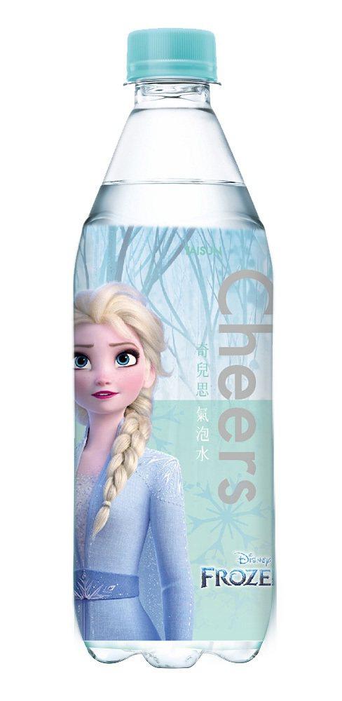 全家便利商店推出兩款冰雪奇緣包裝的cheers氣泡水,售價29元。圖/全家便利商...