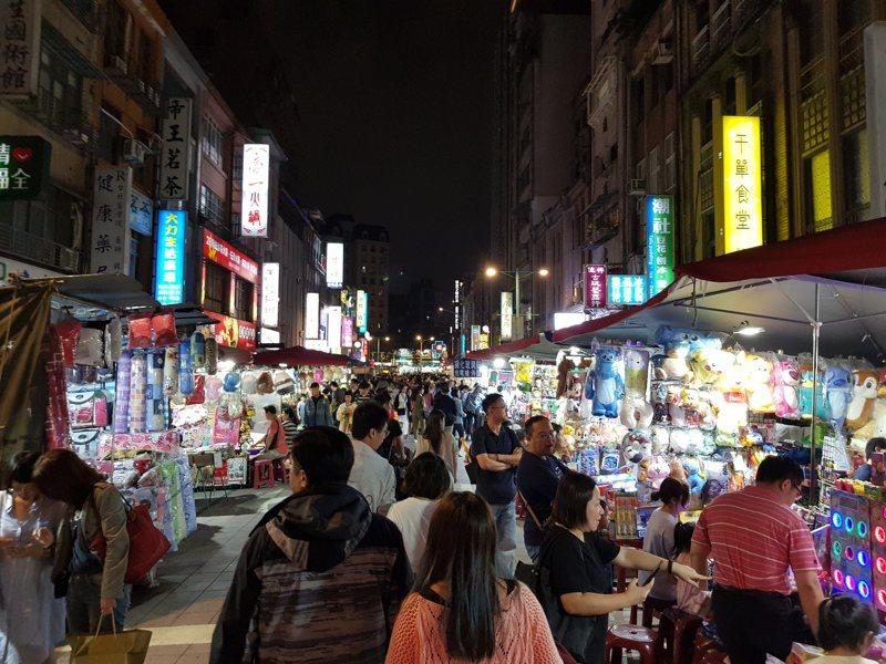 台北市寧夏夜市部分攤商業績卻在不景氣中增長3成,業者說,外送平台是逆襲重要關鍵。記者翁浩然/攝影