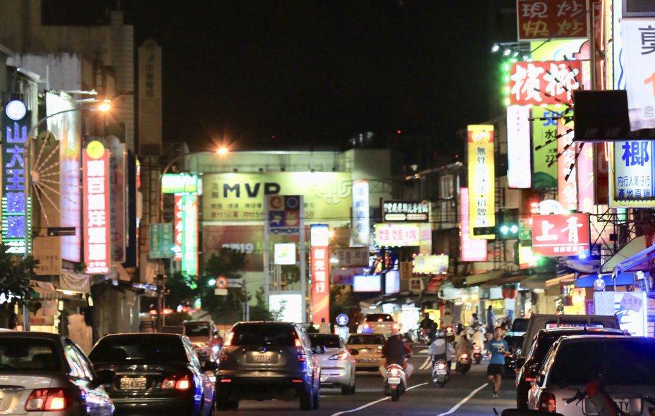 都會區入夜燈火通明,閃爍的招牌、電視牆成為新光害。台中市修正廣告物設置規範,住宅區30公尺以上高樓屋頂,才准設電視牆等閃爍式燈光招牌。圖/台中市新聞局提供