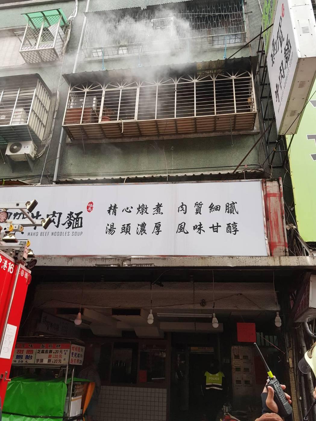1名麵店員工遭高溫灼傷,所幸送醫後並無大礙。記者巫鴻瑋/翻攝