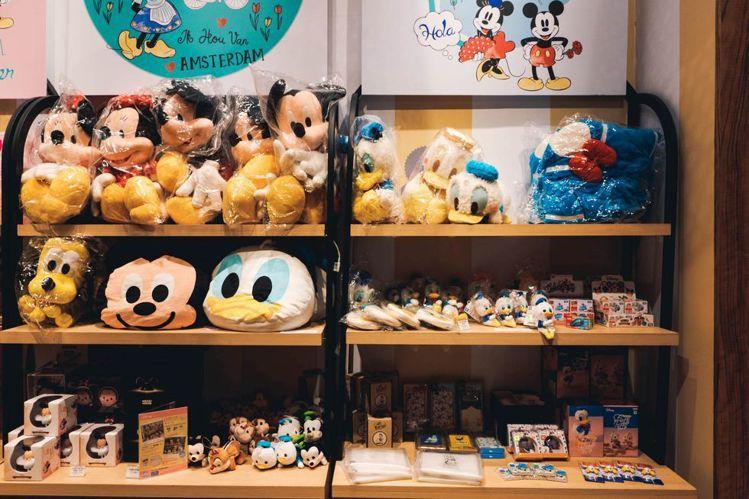 店內販售各式米奇與好友周邊商品,吸引粉絲瘋搶。圖/悍草創意提供
