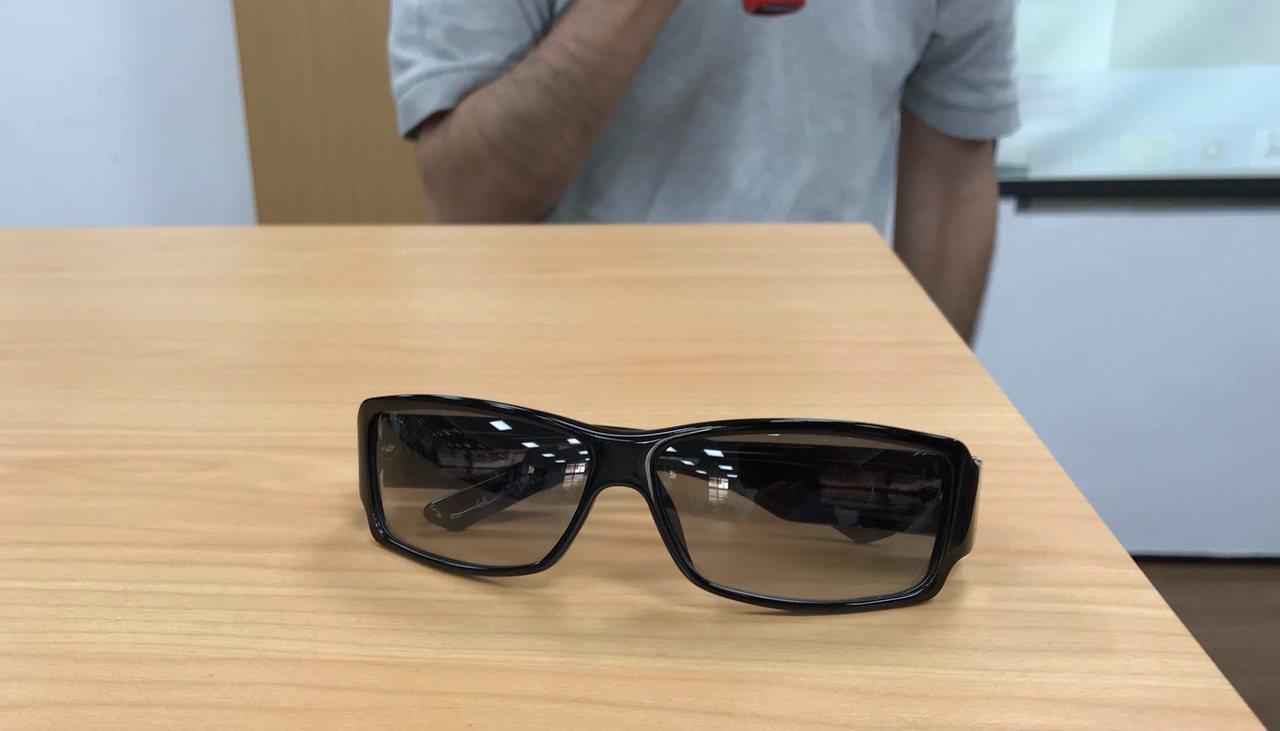 行政執行署台南分署指出,4隻名牌太陽眼鏡因時尚,且價格又便宜,民眾也爭相搶購。記...