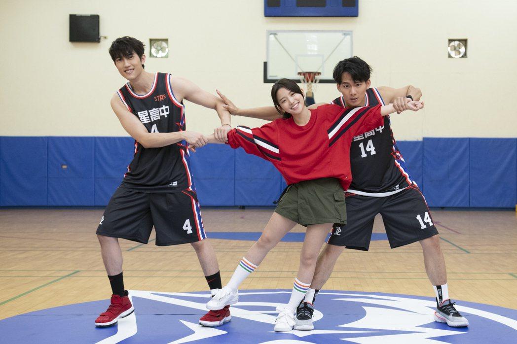 吳念軒(右起)、蔡瑞雪、范姜彥豐演出「違反校規的跳投」。圖/七十六号原子提供