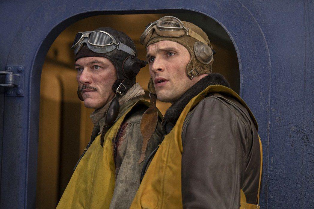 路克伊凡斯(左)與艾德史克林在「決戰中途島」有幾場精彩對手戲。圖/双喜提供