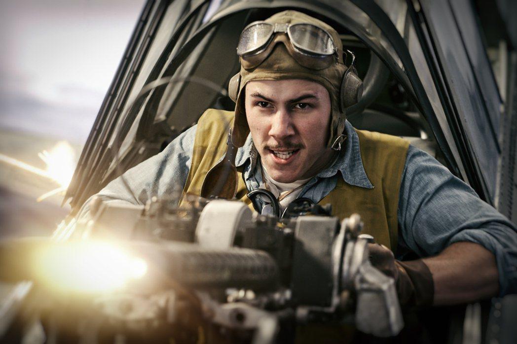 尼克強納斯扮演的超英勇軍人,殺敵不怕死。圖/双喜提供