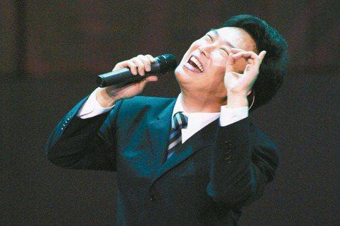 費玉清(小哥)除了是歌壇巨星,談吐幽默的他過去曾縱橫秀場,儘管外表溫文儒雅,但他主持卻以愛開黃腔出名,因此贏得「秀場黃帝」的稱號,90年代他和哥哥張菲(菲哥)搭檔主持的「龍兄虎弟」紅極一時,還拿下金...