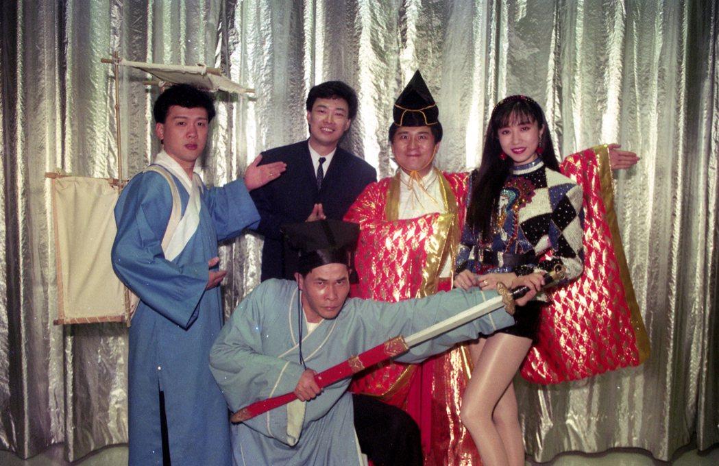 費玉清(後排左二)曾是「秀場皇帝」。本報資料照片