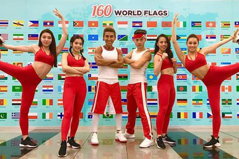 「有氧天王」潘若迪上週六日展開亞洲巡迴,24小時旋風趕攤新加坡、馬來西亞2國,挑戰體力極限。2場巡迴共吸引800多名粉絲到場,隨潘若迪熱力起舞,所到之處被粉絲簇擁,他笑說:「就連我去廁所都跟著。」讓...