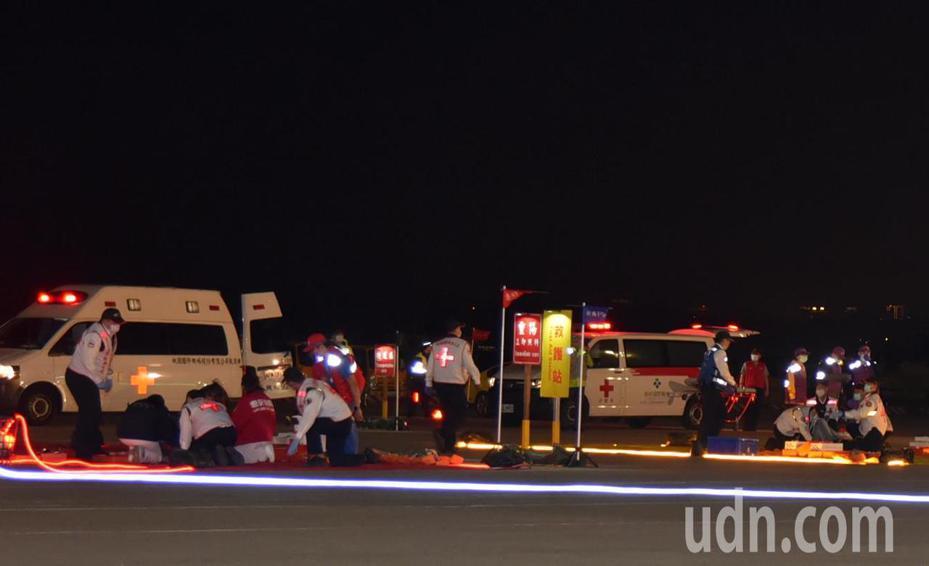 桃園機場公司晚上舉行成立以來首次夜間空難災害搶救演習, 救災人員利用LED燈輔助,即使在光線微弱的情況下,仍然能協助救護人員救災後送以及維持檢傷分類效率。圖/桃機公司提供