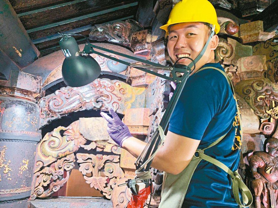 修復團隊進行高雄哈瑪星代天宮彩繪層細部清潔。 圖/高雄市文化局提供