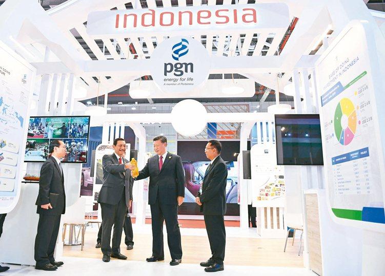 大陸國家主席習近平(右二)在上海出席第二屆中國國際進口博覽會開幕式後,與外國元首...
