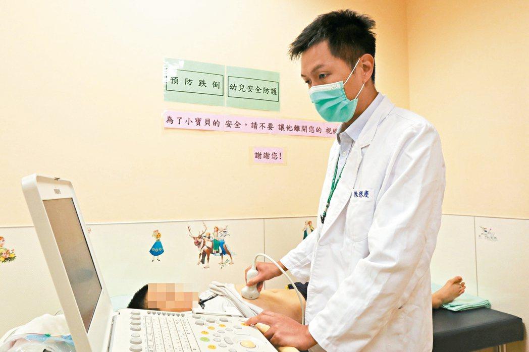 亞大附醫兒童腸胃科醫師陳德慶說,若肝臟發炎時間長,可能走上肝病三部曲。 圖/亞大...