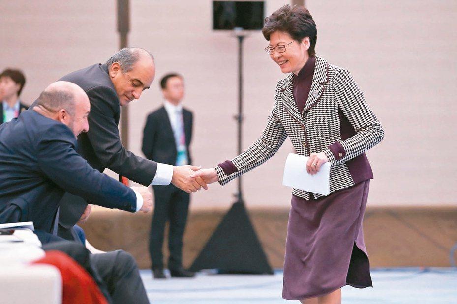林鄭月娥前晚獲習近平肯定與支持後,昨在上海進博會多個場合上都可見到其笑容。 (路透)
