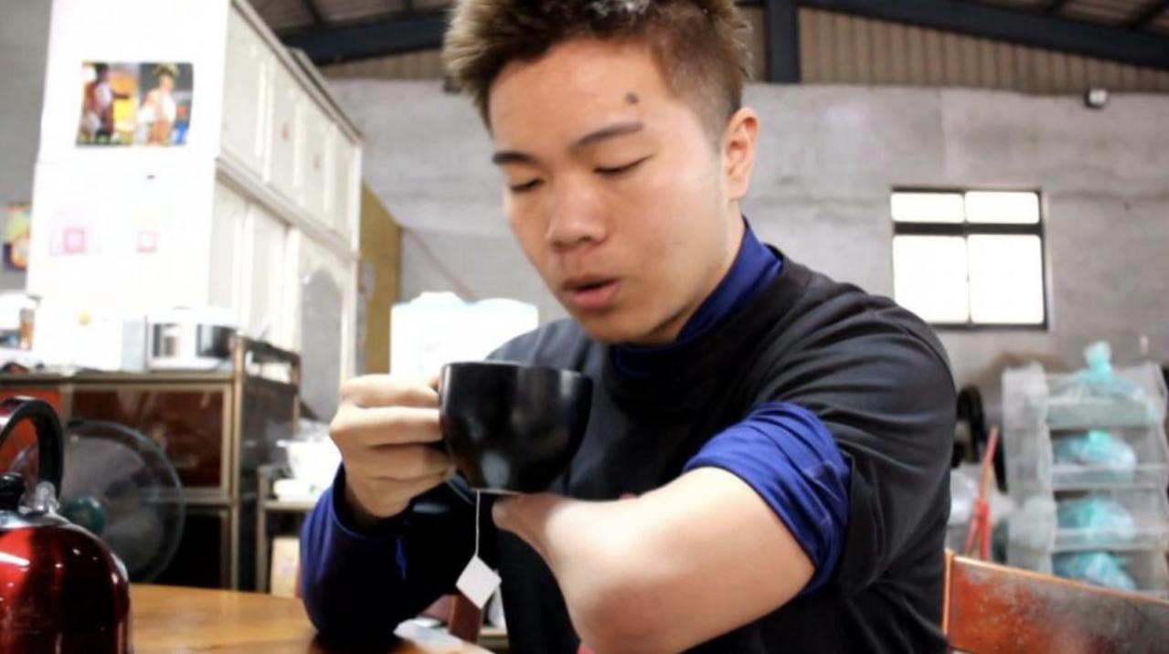 天生沒有左手掌的獨掌青農、翔琪檸檬茶創辦人詹翔欽,為台灣民眾黨的不分區立委名單之...