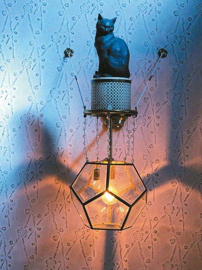 大佛次郎記念館貓俑燈座。 圖/陳銘磻提供