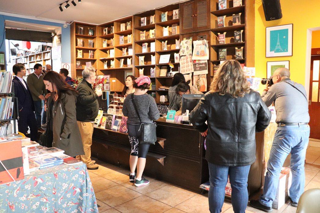 在5日宣布閉店後,許多讀者、書迷前來書店。 記者呂佳蓉/攝影