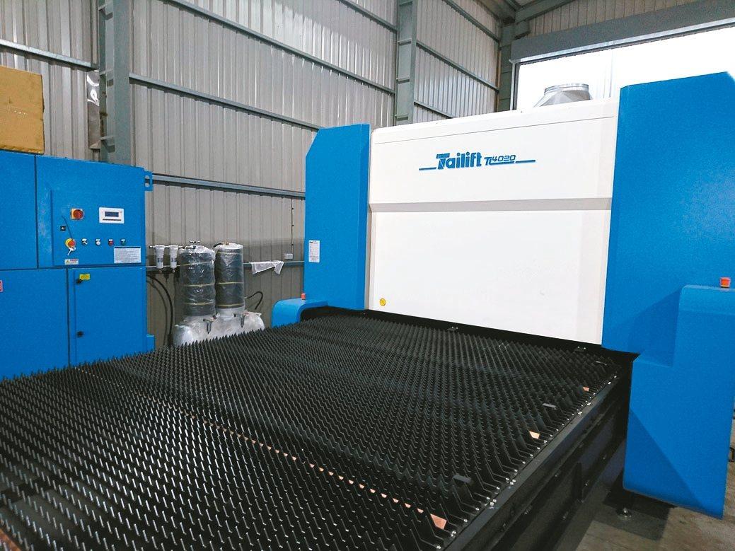 雷射切割機對壓縮空氣品質相當要求,圖中業主因此選用兆義新物理空壓式乾燥機。 兆義...
