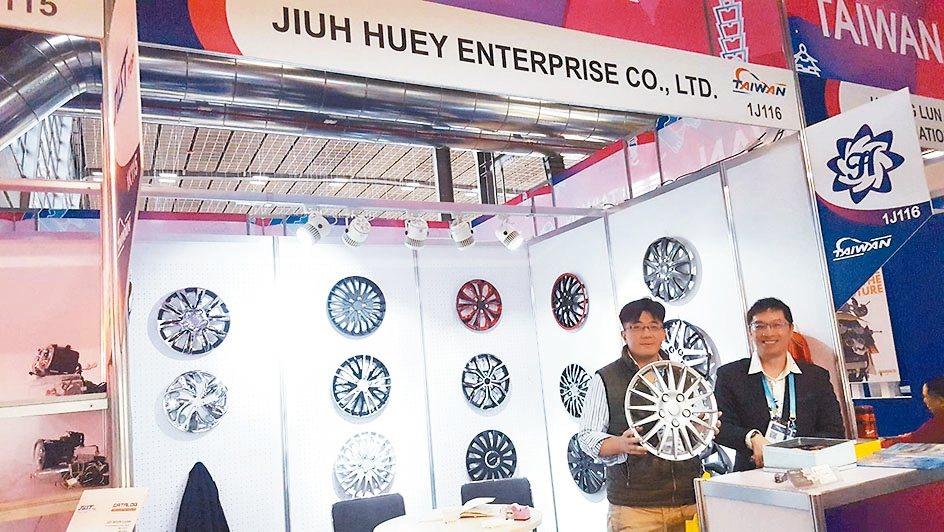 鉅惠企業總經理王柏綱(左)與業務經理陳奎達於展場行銷多國專利的輪圈蓋產品。 中經...