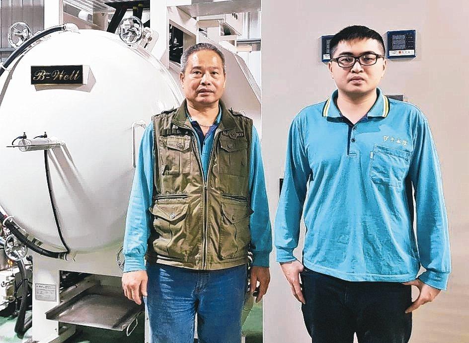 千永陞公司負責人程鎮(左)及其得力助手程宇琛。 戴辰/攝影